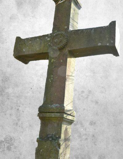 Croix au coeur flammé